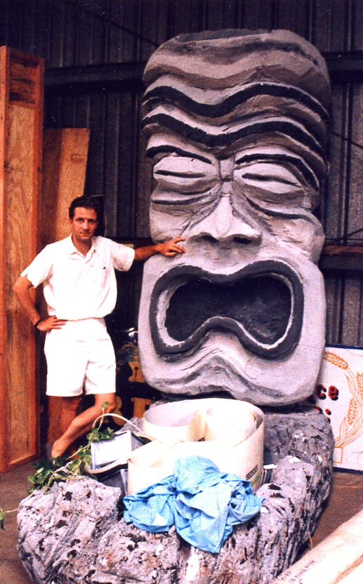 Sven Kirsten beside a Tiki at Oceanic Arts